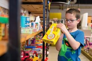 De Kringshop biedt daarentegen budgetvriendelijk tweedehands speelgoed aan in uitstekende staat.