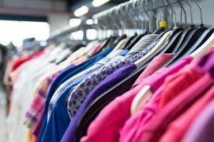 De laatste jaren zien we een echte trend in het kopen van tweedehands kleding.