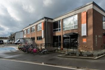 Deze tweedehandswinkel werd volledig gerenoveerd in 2010 en beschikt nu over 900m² ruimte om alle meubels, kleding, apparaten en andere tweedehands spullen gemakkelijk ten toon te stellen.